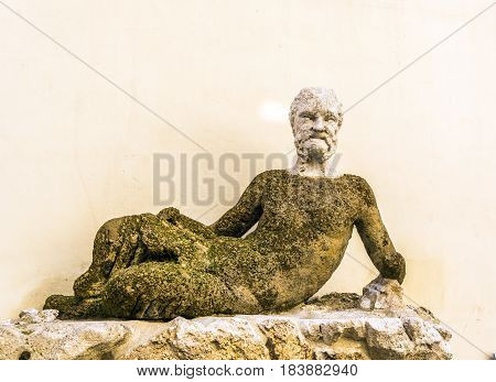 Statue of an old man made in the year 1581 and nicknamed 'The Baboon' for its ugly appearance. It was used as a site to post satirical inscriptions towards public figures.