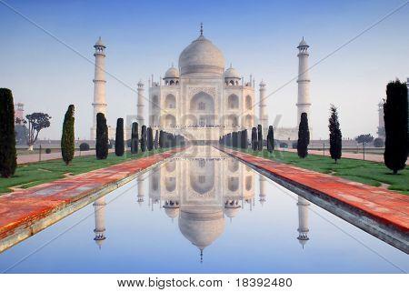Welt Wunder Taj Mahal im weichen frühen Morgenlicht mit blauer Himmel