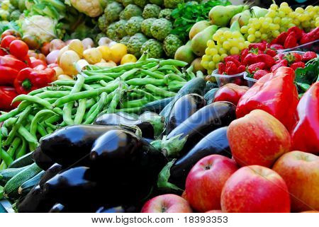 Frutas e produtos hortícolas no mercado Boqueria em Barcelona