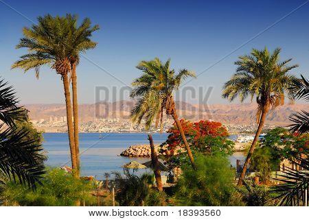 Blick auf Eilat in Israel von Aqaba in Jordanien: Tauchdestinationen am Roten Meer