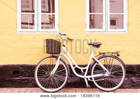 Jahrgang Bike mit Korb gegen Wand in Dänemark in Sepia-Ton