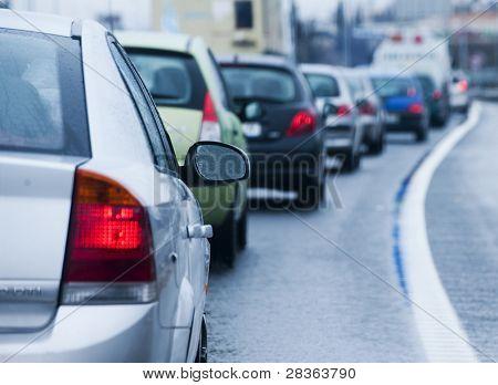 Atasco de tráfico en causa lluvia de carretera inundada.