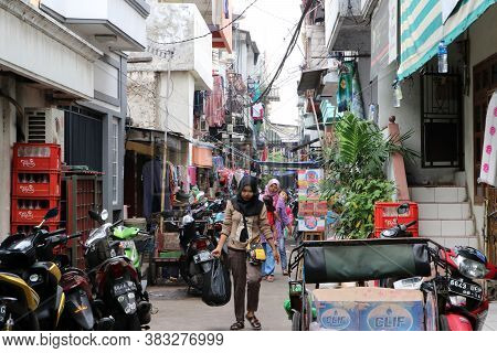 Jakarta, Indonesia May 2, 2019 : Indonesian Muslim Women Walk Out Of Alleyway To Shopping In The Fre