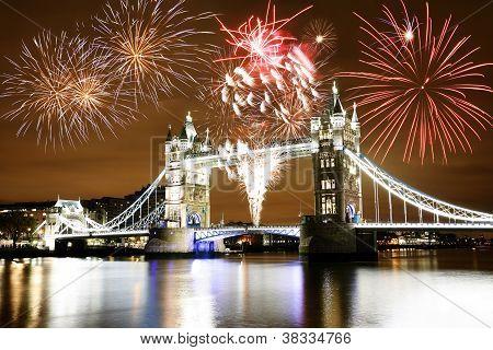 Feuerwerk über der Towerbridge