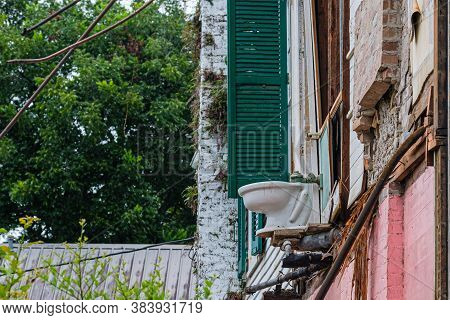 New Orleans, Louisiana/usa - 7/25/2020: Toilet Overhang With Partial Demolition Of Old House On In U