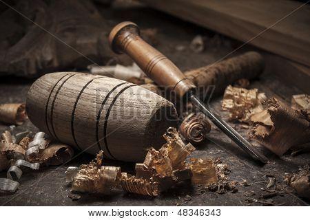Herramientas de carpintero en el fondo de la tabla de madera
