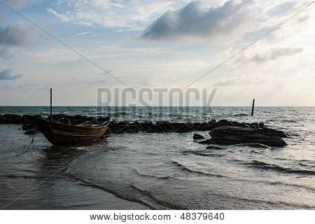 Piedras de mar barco al atardecer en Tailandia Rayong
