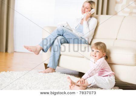 母と子のリビング ルームのテレビを見る