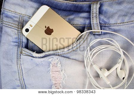 Apple Gold iPhone 5s in a blue denim pocket