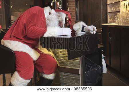 Santa claus sleep at the bar. Too drunk.