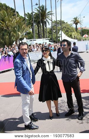 Antonio Banderas, Salma Hayek, Fatih Akin attends the 70th Anniversary photocall during the 70th Cannes Film Festival at Palais des Festivals on May 23, 2017 in Cannes, France.