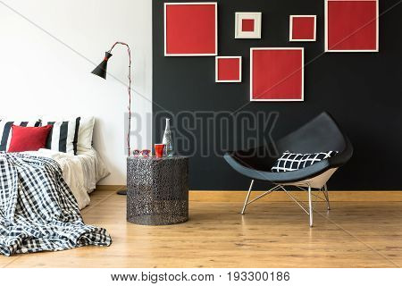 Monochromatic and simple bedroom in red and black