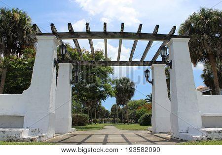 Florida pergola is a gateway to a lush garden