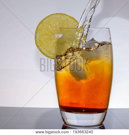 Alkohol  in das Glas einfüllen als Erfrischung