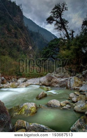 This river takes its source at 7000m altitude, in the Langtang Lirung Glacier, and flows down the valley to Syabru Bensi.