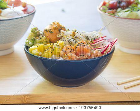 Ensalada de salmón, piña y aguacate. Salmon, pineapple and avocado salad.