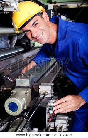 operador de máquina industrial moderna feliz en el trabajo