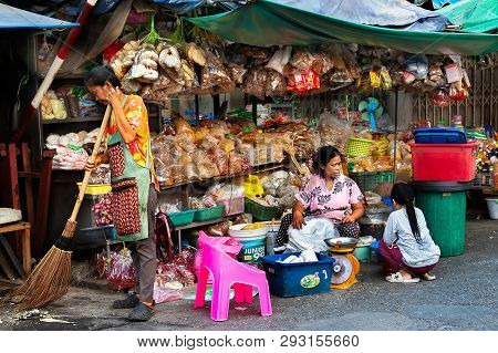 Samutsakorn Province, Thailand - March 14, 2019: Daily Life Of Street Vendors Selling Variety Of Nut