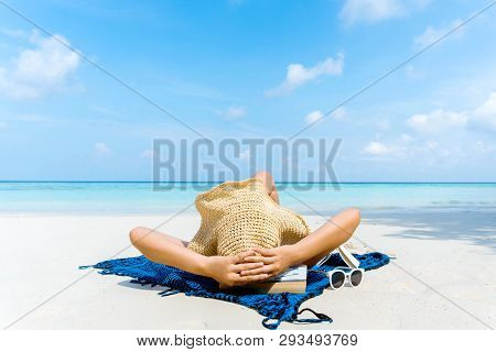 Summer Beach Holiday Woman Relax On The Beach In Free Time .
