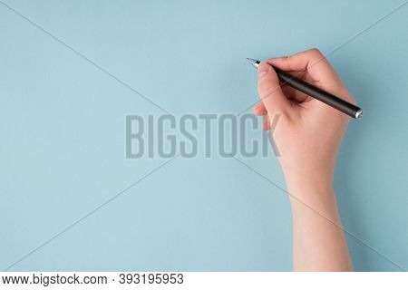 Top Above Overhead Close Up First Person View Photo Of Girl's Right Hand Holding Black Pen Starting