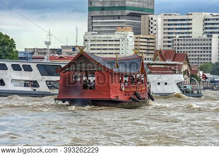 Thailand, Bangkok 20,08,2018 Traditional Wooden Boat With Restaurant On The Chao Phraya River Cruisi