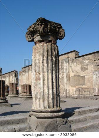 Pompeiiforumruinsitaly