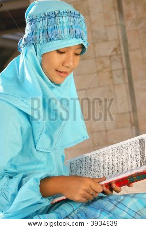 Muslim Child Readin Koran