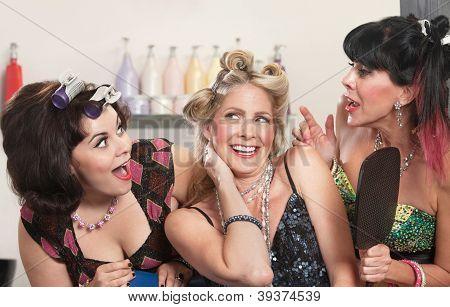 Señoras felices en peluquería
