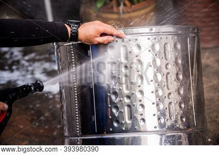 People Are Using High Injection Hose Pressure Wash The Stainless Steel Washing Tank Until Clean. Sil
