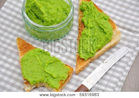 Crostini with a puree of peas