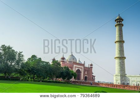 Mosque of Taj Mahal with one of it's minerate