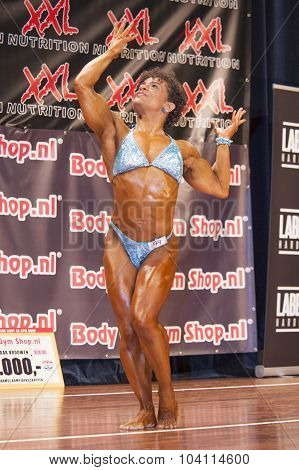 Female Bodybuilder Shows Het Muscles On Stage