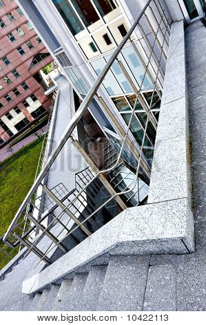 Blaue Treppe In modernen Bürozentrum