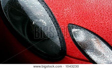 Regentropfen Perlen auf der Vorderseite des A frisch gewachst Sportwagen