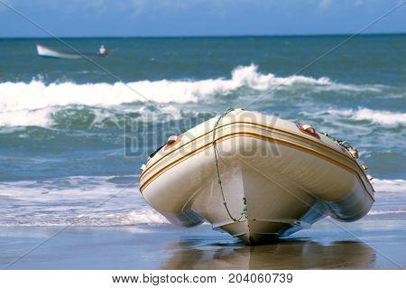 O barco estacionando na praia, em um dia de sol.