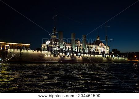 Cruiser Avrora in the night city Sankt-Petersburg .
