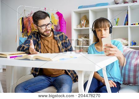 father cant make his teenage daughter do homework