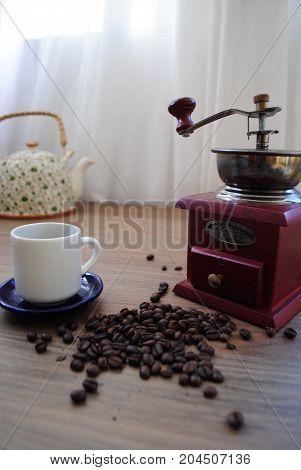 Momento café. Cenário composto por utensílios para moer e fazer o próprio café.