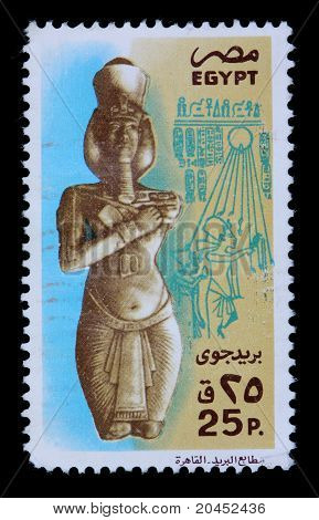 Egypt - Circa 1980: A 25-piastre Stamp Printed In Egypt Shows A Statue Of A Pharaoh And Hieroglyphic