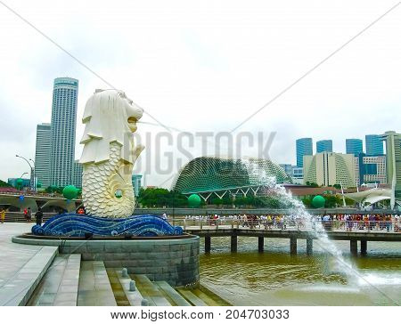 Singapure - December 24, 2008: The Merlion fountain and Marina Bay on morning. Merlion is a mythical creature with the head of a lion and the body of a fish is a symbol of Singapore.