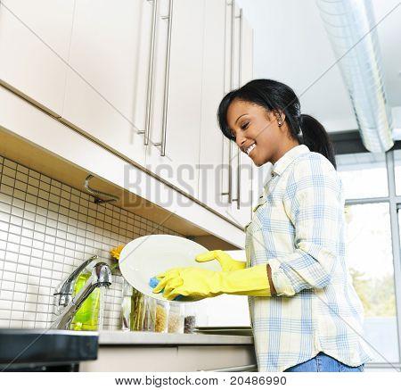 年轻女子洗盘子