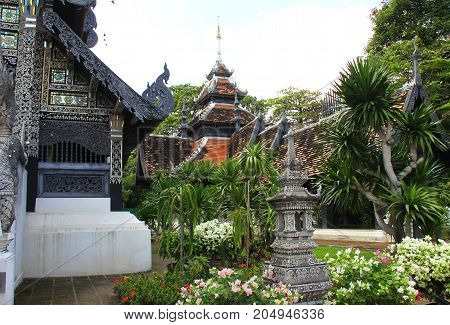 Traditional Thai temple garden in Chedi Luang