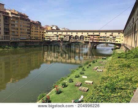 Bridge in Firenze, Green sitting area next to Ponte Vecchio