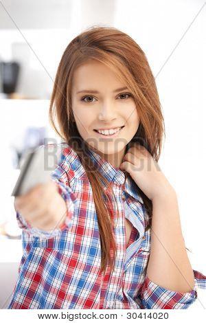 jasny obraz szczęśliwą kobietą z karty kredytowej