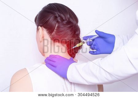 Doctor Injects Plasma Therapy Into The Girls Neck To Relieve Pain From Intervertebral Hernia And Fib