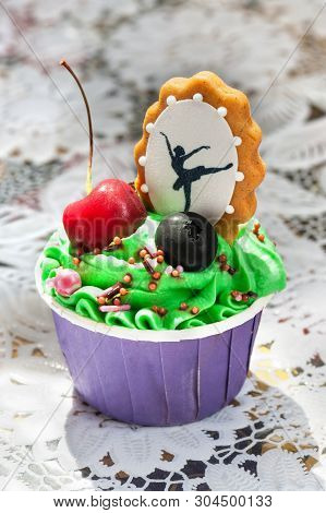 Cupcakes With Berries And - Decorative Gingerbread