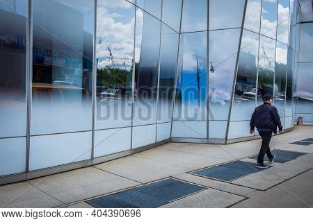 New York City, Usa, May 2019, Man Walking By The Facade Of The Iac Building In The West Chelsea Neig