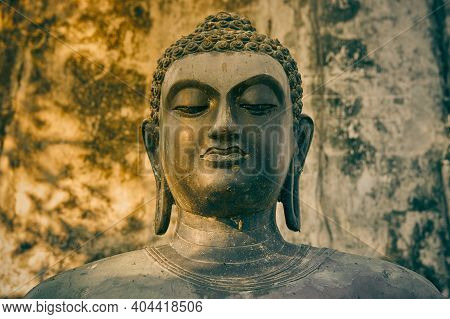 Phayao, Thailand - Dec 6, 2020: Front Headshot Buddha Statue On Concrete Background In Wat Analayo T
