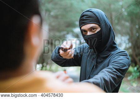 Criminal Bandit Force Knife To Rob Victim