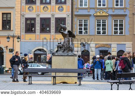 Warsaw, Poland -october 17, 2019: Mermaid Statue At Old Town Market Place, Decorative Facade Of Tene